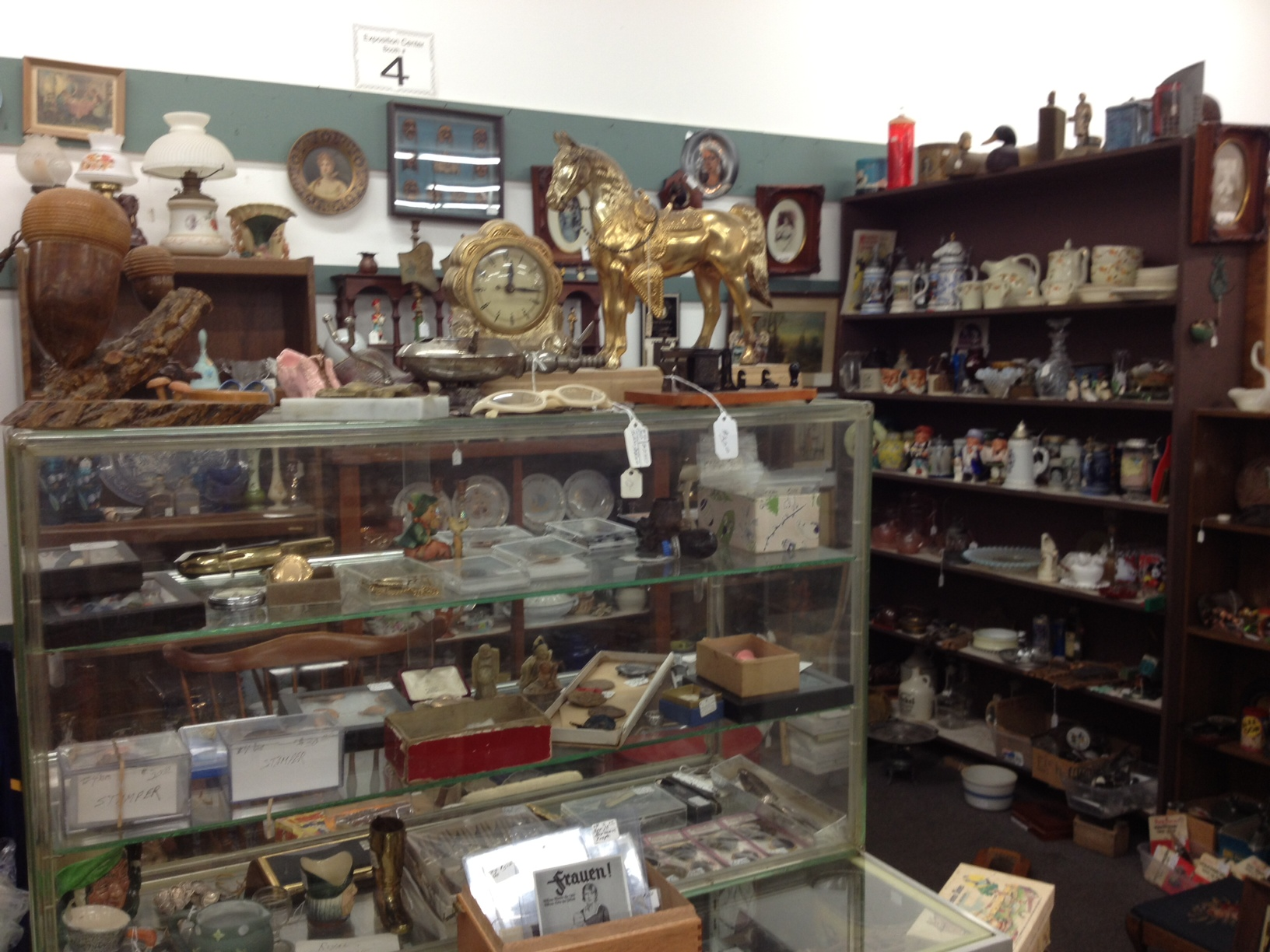 Antique World And Flea Market The New Collector